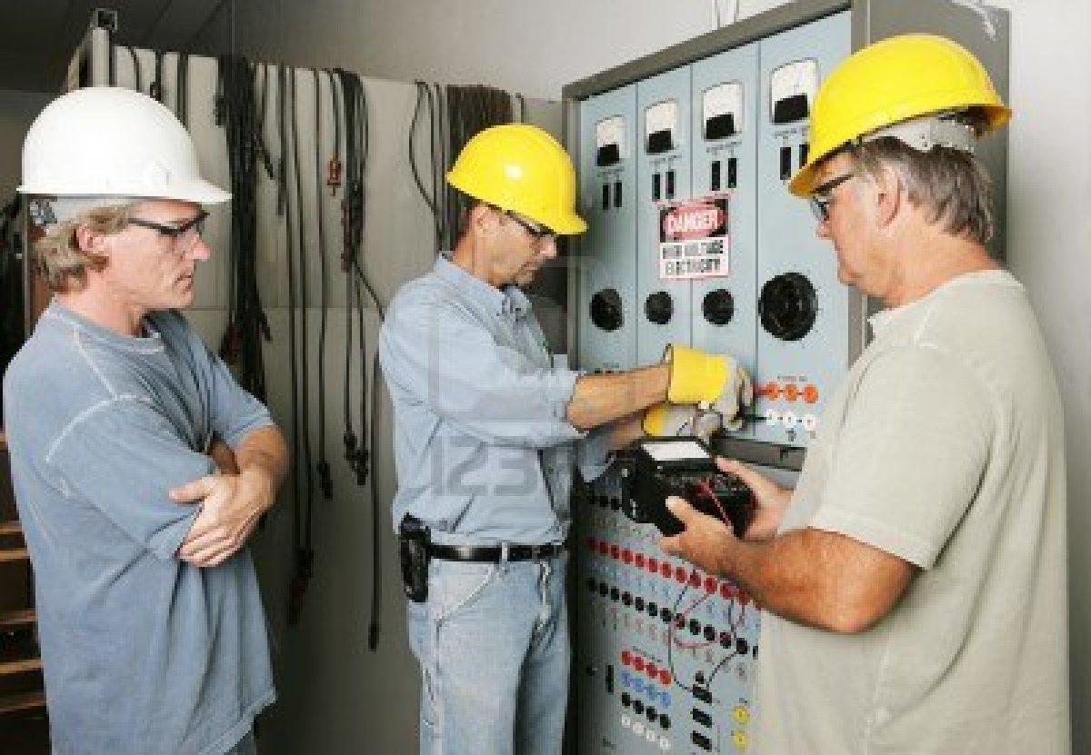 Electricista trabajando imagui for Trabajo de electricista en malaga