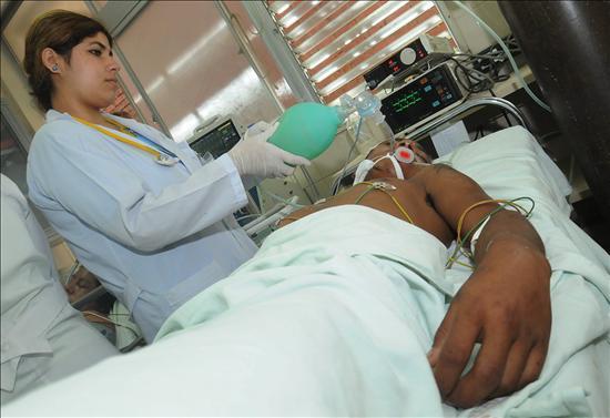 La hernia del departamento lumbar de la columna vertebral los síntomas y el tratamiento de la foto