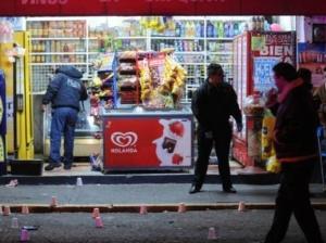Más de 40 disparos contra tienda, deja un muerto y dos heridos