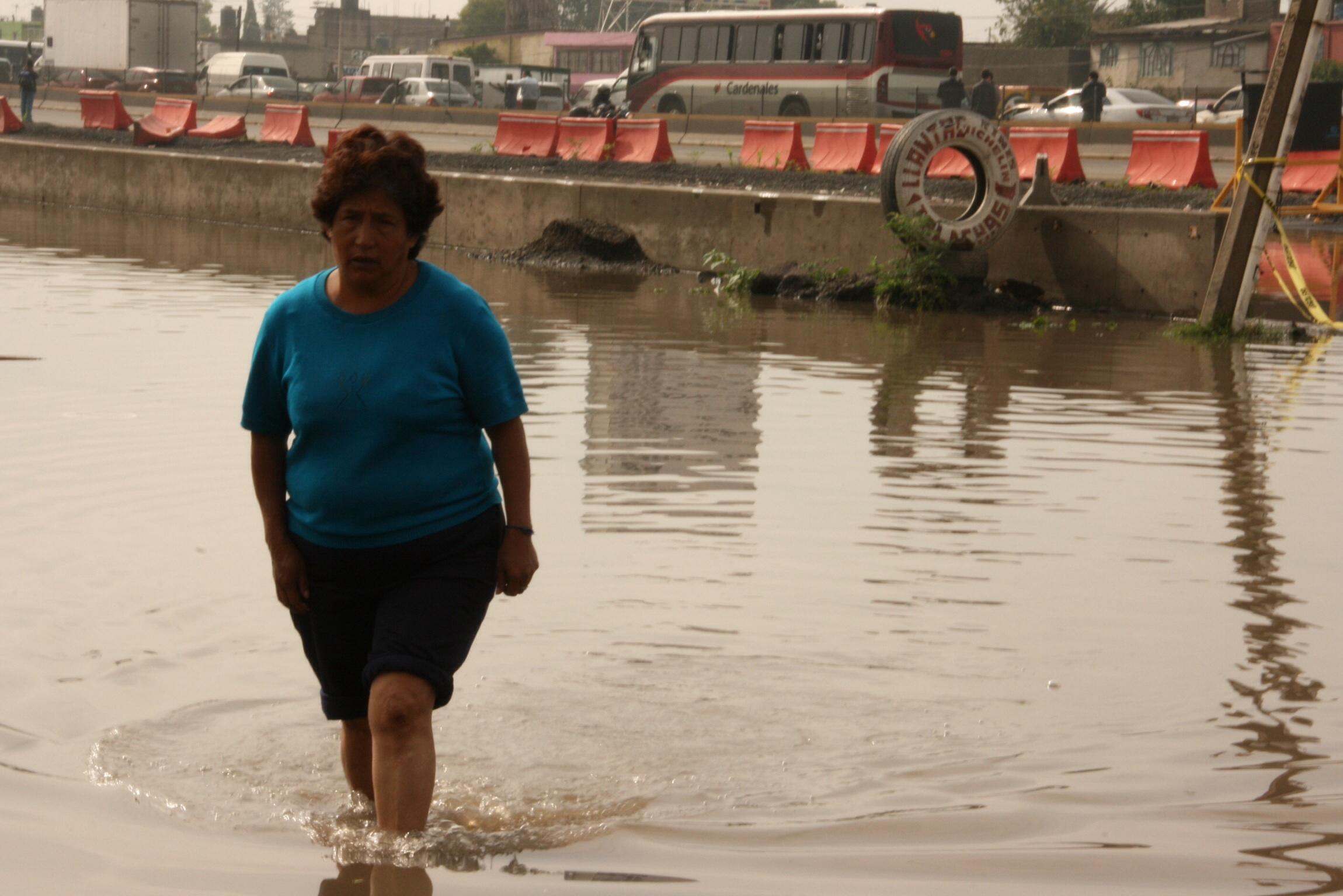 Noche dif cil en ecatepec se inundan casas en jardines de for Jardin 7 hermanos ecatepec