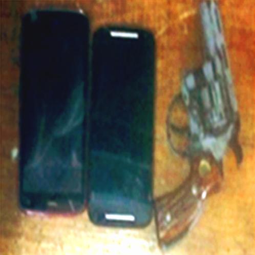 dos-teléfonos-celulares-y-arma-de-fuego.jpg.jpeg