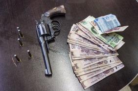 Revolver y dinero de la víctima
