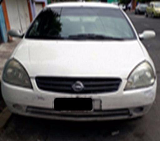 Vehículo Nissan Platina color blanco