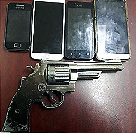Revolver y celulares de las víctimas