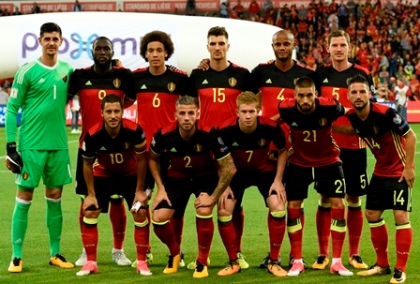 Belgium's national football team players (From L, Rear) goalkeeper Thibault Courtois, forward Romelu Lukaku, midfielder Axel Witsel, defender Thomas Meunier, defender Vincent Kompany and defender Jan Verthonghen and (From L, Front) midfielder Eden Hazard, defender Toby Alderweireld, midfielder Kevin De Bruyne, midfielder Yannick Carrasco and midfielder Dries Mertens pose for a team picture prior to the WC 2018 football qualification football match between Belgium and Gibraltar, at the Dufrasne Stadium, on August 31, 2017 in Sclessin. / AFP PHOTO / JOHN THYS